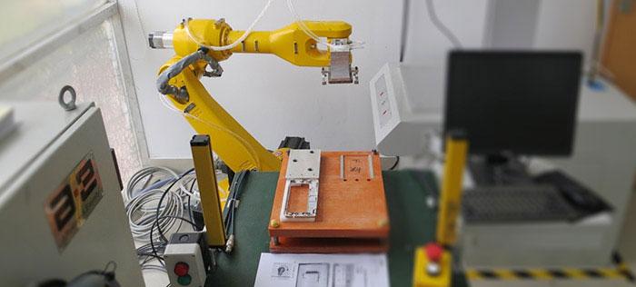 六轴机器人实现手机外壳激光切割加工自动化