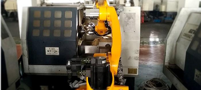 六轴机器人实现汽车零部件加工产线三台数控车床上下料