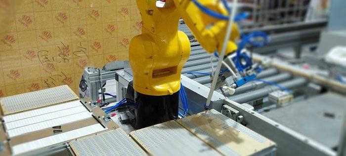 六轴机器人滤波器电子元器件装配线完成揭标和端口贴标